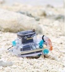 多良間島に漂着した水中カメラ(JAWS2・柳岡秀二郎さん提供)