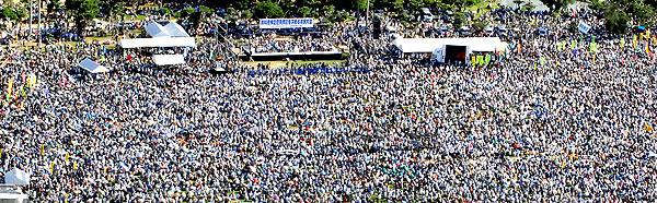 県民大会に集まった11万人の参加者=2007年9月29日午後4時ごろ、宜野湾海浜公園(本社チャーター機から山城博明)