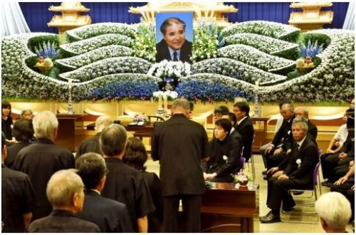 元沖縄開発庁長官の上原康助さんの冥福を祈る告別式=10日午後、沖縄市松本のサンレー中部紫雲閣