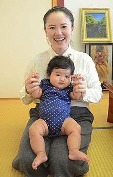 熊本市議の扱いと大違い!    沖縄県北谷町・宮里議員、娘と登庁 控室を保育スペースに ?